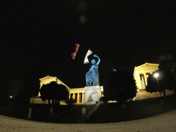 """Kite Fly High mit Revolution B Pro und Polo Rev auf der Theresienwiese in München / Bavaria Statue - Mit riesen """"Revolution-Kite""""-Schatten auf dem Sockel der Bavaria :-)"""